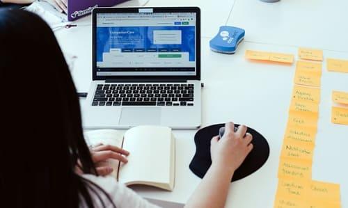 woman-laptop-website-postit-table